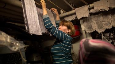 Socialdemokratiet har foreslået at indføre en pligt for flygtninge og indvandrere til at bidrage i 37 timer om ugen i enten virksomhedspraktik, danskundervisning, jobsøgning eller nyttejob. På billedet er en bosnisk flygtning i virksomhedspraktik på en restautant i Esbjerg.