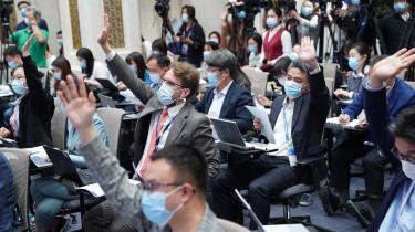 »Kineserne har aldrig rigtig brudt sig om udenlandske journalister, da de har ment, at de gennem deres kritiske dækning har haft en negativ indvirkning på Kinas internationale image og kommunistpartiets legitimitet indadtil,« siger Keith Richburg, leder, center for journalistik og medier ved The University of Hong Kong.