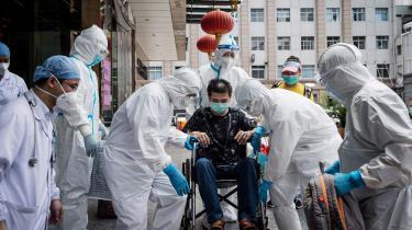 USA's efterretningstjenester skal nu undersøge, om den coronavirusstamme, der fremkalder sygdommen, kan være undsluppet fra et kinesisk laboratorium i Wuhan. Undersøgelsen skal være afsluttet inden for 90 dage.