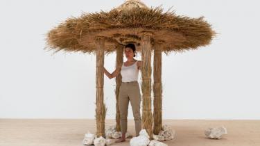 I hele to udstillinger i København kan man dykke ned i Lilibeth Cuenca Rasmussens fantastiske evne til at forestille sig alternative verdener. Hun bygger boliger af postkort og strå og omstyrter kassetænkning med fjerlette midler