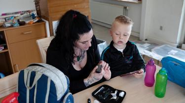Patricia Sotelo med sin treårige søn, Sean. Familien er blandt de danskere, der ligger under grænsen for relativ fattigdom. Siden 2016 har hun været ramt af kontanthjælpsloftet, som Ydelseskommissionen nu anbefaler at afskaffe.