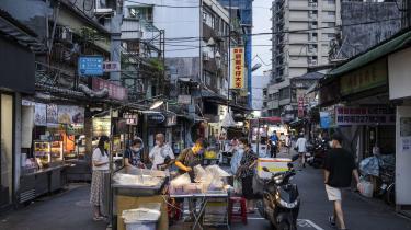 At Kina har blokeret for vaccineindkøb i Taiwan har indtil for nylig været af mindre betydning, fordi Taiwan har været blandt de bedste lande i verden til at håndtere pandemien. Men med nye varianter er smittetallet de seneste uger steget kraftigt. Her er vi på madmarked i hovedstaden Taipei.