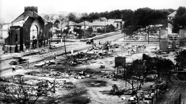 Det velstående sorte kvarter Greenwood, der også var kendt som 'Negro Wall Street', i Tulsa, Oklahoma, efter at være blevet angrebet af flere tusind hvide mænd i juni 1921. 36 gadekarreer med 1.000 huse og bygninger blev brændt ned. Fotos viser et bylandskab, der nærmest ligner Warszawa efter tyskernes nedkæmpelse af opstanden i 1944 eller Dresden efter de allieredes bombning i 1945. Ud over flere end 300 dræbte og flere tusinde sårede sorte mistede 9.000 af kvarterets 11.000 sorte deres hjem.