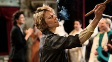 Tove Jansson (Alma Pöysti) bliver i 'Tove' aldrig reduceret til en foregangsperson, selv om hun er det, både som forfatter og seksuelt frigjort kvinde.