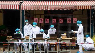 Torsdag bebudede Biden dette skridt i en opsigtsvækkende kovending, men gjorde samtidig opmærksom på, at indtil videre anser kun en enkelt af USA's 18 efterretningstjenester teorien om, at virussen slap ud fra et laboratorie i Wuhan, for plausibel.