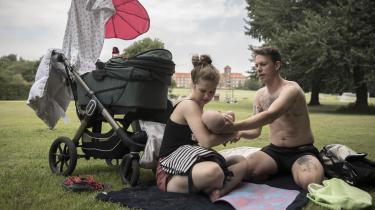 Det er egentlig ikke, fordi de ikke vil, mændene. Faktisk vil 42 procent af de nybagte fædre ifølge tal fra Institut for Menneskerettigheder gerne tage mere orlov, men kvinderne ender alligevel med at tage ni gange så meget barsel, skriver Astrid Carøe. Arkivfoto.