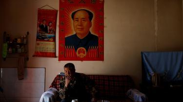 Xi Jingping og hans hustru, Peng Liyuan, hænger side om side med formand Mao Zedong på væggen hjemme hos 53-årige Wang Yinji. Kina retter i stigende grad også propagandaen ud over landets grænser.