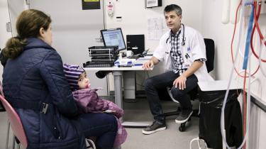 Nogle indvandrere tør ikke gå til lægen, fordi de frygter at få en regning, de ikke kan betale, men det kan også være frygten for systemet, der fører til, at indvandrerforældre venter med at gå til lægen, til det er absolut nødvendigt.