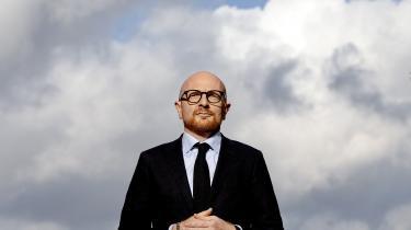 Mads Brügger er chefredaktør for det nye medie Frihedsbrevet, som gik i luften i lørdags, på Grundlovsdag. Mediet har på forhånd frasagt sig mediestøtte og genbesøger dermed debatten om et økonomisk skævvredet Mediedanmark.