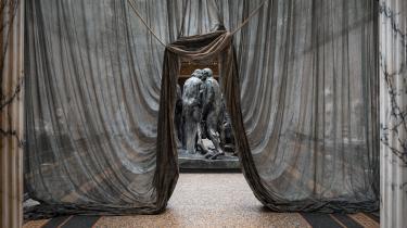 Nyoversat bog af Rainer Maria Rilke om skulptøren Auguste Rodin taler lige ind i tiden. Ved gensyn ligner to af modernismens største skikkelser både arbejderkunstnere og de mest nyforelskede romantikere. Det er stor kunst, der kan rumme det hele