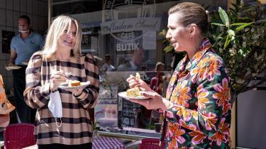 Statsminister Mette Frederiksen besøgte fredag den 4. Juli Sæby for at tale med de lokale erhvervsdrivende om, hvilke tiltag der skal til for at skabe en levende og attraktiv bymidte. Her ses hun sammen med borgmester i Frederikshavn Kommune, Birgit Stenbak Hansen (S).