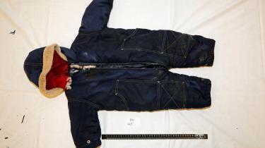 Det var denne dragt, som den druknede dreng Artin Iran Nezhad blev fundet i, og som senere hjalp til identificeringen.