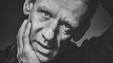 'Det der drikker' er en stærk og sårbar monolog af og med Olaf Højgaard på Teater Momentum, hvor publikum i korte erindringsglimt får indblik i et liv præget af alkohol i rå mængder