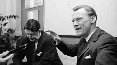 Før Poul Schlüter (th.) blev statsminister, havde han været lidt til grin i radioen, fordi han var i så godt humør, at det forekom fjollet, og han havde været en uanselig viceborgmester under Erhard Jacobsen (tv.) i Gladsaxe.