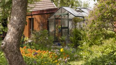 Det er anskuelsesundervisning at bo i en have. Her oplever man dag for dag, at naturen hele tiden er foran, at det ikke nytter noget at herske over den. Det gælder om at suge til sig med alle sanser, for i næste øjeblik er den videre til noget andet.