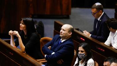 Højrenationalisten Naftali Bennett tager over som Israels nye premierminister. Efter to år på posten er det aftalt, at midterpolitikeren Yair Lapid skal tage over.