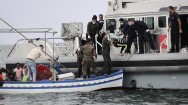 Et stigende antal migranter og flygtninge rejser fra Tunesien mod Europa. Information sejlede med den tunesiske kystvagt, der fanger flere og flere – også egne landsmænd – og sender dem tilbage til kystbyen Sfax og dens voksende kirkegårde for migranter. Men det er ikke en løsning at fokusere på øget grænsebevogtning, siger migrationsforsker