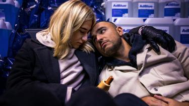 Filmen »100% flået kærlighed« er en udforskning af kærligheden og parforholdet som forhandling, som flirt, som krigszone og med Manden (Besir Zeciri) og Kvinden (Maria Cordsen) som eneste aktører i et fyrtårn ved en forblæst bro.
