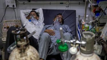 Coronapatienter modtager behandling på en sygeafdeling på Lok Navak Jai Prakash Hospital i New Delhi i april. Delta-varianten af COVID-19 blev først detekteret i Indien og er både ekstra smitsom og forårsager et hårdere sygdomsforløb hos patienten end den oprindelige variant.