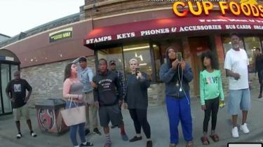 Darnella Frazier (tredje fra højre) filmer med sin mobiltelefonen anholdelsen, der endte med mordet på George Floyd. Fotoet er et still fra kropskameraet på en betjent fra Minneapolis Police.
