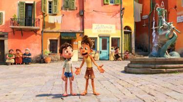 Havdrengene Luca og Alberto tager på eventyr i Porto Rosso i Pixars charmerende 'Luca'.