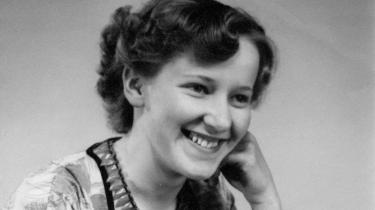 Under krigen afsporede modstandsfolk et militærtog, så det strandede ved Gerda Ry Knudsens hjem. Efter befrielsen kom hendes brors manglende spilleheld til at forme hendes liv