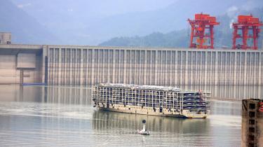 Den kinesiske 'De tre slugters dæmning' blev færdig i 2006 og er med sin kapacitet på 22.500 megawatt verdens største hydroelektriske anlæg. En ny bog fortæller om flodernes enorme betydning for vores civilisation.