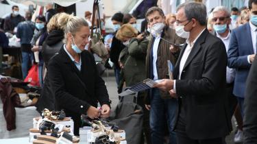 Den højreradiale Rassemblement Nationals spidskandidat ved regionalvalget i Provence-Alpes-Cote-dAzur (PACA), Thierry Mariani, fører valgkamp på et marked i Marignane i det sydlige Frankrig.