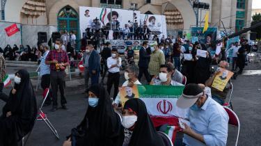 Tilhængere af det iranske præsidentvalgs favorit, Ebrahim Raisi, ved et vælgermøde. Den konservative præsidentkandidat erklærede i den sidste tv-debat forud for valget, at han også er tilhænger af en atomaftale.