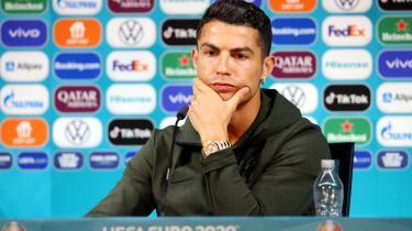 Cristiano Ronaldo drikker ikke sodavand, men derimod vand.