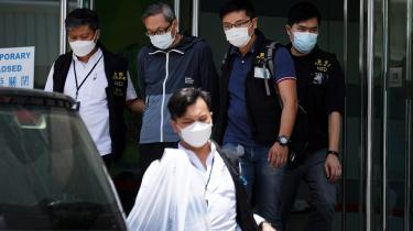 Avisen Apple Daily skrev til sine læsere i torsdag, at: »Dette er den værste tid i Hongkong.« Om morgenen samme dag blev dens redaktionslokaler ransaget af politiet og fem ledende medarbejdere anholdt. I alt deltog 500 betjente i en aktion, der varede fem timer, og hvor flere end 40 computere og andet hardware blev konfiskeret. Blandt de anholdte var avisens chefredaktør.