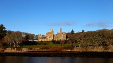 Dagens kronikskribent mener, at regeringen bør lade sig inspirere af blandt andet Skotlands uddannelsespolitik, og for eksempel University of The Highlands and Islands, som med digitale teknologier har koblet 13 colleges og over 70 lokale fysiske læringscentre sammen i et fælles netværk, der dækker et område på størrelse med Belgien. Blandt andet er Lewis Castle College, der ligger ved Lewis Castle på Isle of Lewis i øgruppen de Ydre Hybrider, en del af universitetet.