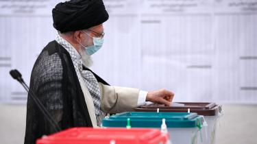 Her på billedet afgiver den øverste åndelige leder Ali Khamenei sin stemme til præsidentvalget på et valgsted d. 18. juni i Tehran.