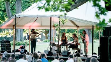 Bloom Under the Oak-festivalen i Søndermarken i København var skåret ned til en enkelt scene, hvor et begrænset publikum på omkring 700 personer blandt andet kunne opleve en koncert med Ydegirl.