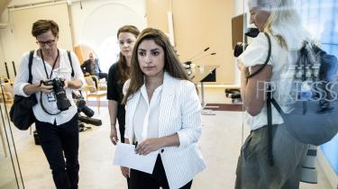 På et pressemøde søndag reagerede Vänsterpartiets leder Nooshi Dadgostar på Stefan Löfvens kompromisforslag ved at krølle det sammen og kyle det i skraldespanden