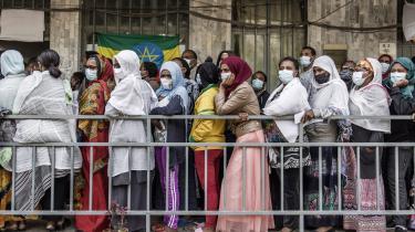 Etiopiske vælgere venter i kø uden for et valglokale i Addis Ababa. Mandagens valg i Etiopien blev næppe en demokratiske fest, men der er stadig noget at fejre – for eksempel at Etiopiens cirka 37 millioner registrerede vælgere for første gang i 16 år kunne sætte deres kryds på en stemmeseddel med flere forskellige partier at vælge imellem.