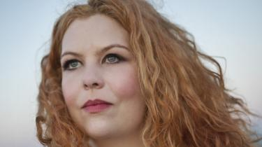 'Himmelanker', der er forfatter Line-Maria Långs forsøg på at få vennen Jan Sonnergaard til at leve videre, er fyldt med varme. Alligevel er det, som om man som læser ikke bliver inviteret ind i sorgen