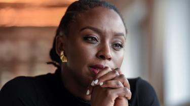 Adichie vil mere med sit essay end at gøre regnskabet op med to forfattere, som hun hjalp frem, men som senere vendte sig imod hende. Hun udvider kampzonen til at omfatte hele det miljø og hele den generation, de ifølge hende er groet ind i.