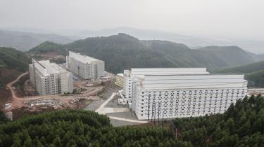 Kina dominerer inden for verdens svineproduktion. Her er det en svinefabrik i flere etager iGuangxi, og flere er under etablering. Blandt andet bliver en svinefabrik ved byen Nanyang på 180 hektar – som 250 fodboldbaner – mens en anden angiveligt bliver på ikke mindre end 12 etager.
