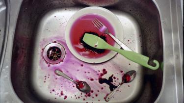 Når Epinion spørger de privatansatte HK'ere, svarer 42 procent, at kvinderne ryddede af bordet ved det seneste middagsselskab, og kun 15 procent siger det samme om mændene.