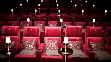 På fodboldstadions kan flere tusinder igen råbe med på »Re-Sepp-Ten« og stønne »LÅLÅLÅLÅ!!!« ind i hinandens ansigter. Og hvad så med landets biografer og teatre? Denne stiltiende siddeaktivitet, hvor alle ansigter i en time eller to peger i samme retning, hvorefter man stille og roligt lister hver til sit? På billedet er vi i i biografen MovieHouse i Hellerup.