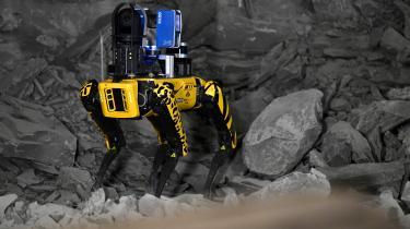 490 meter under jorden i den franske by Bure viser robothunden SCAR, hvad den kan i forbindelse med deponering af radioaktivt affald. Oppe på overfladen demonstreres der mod den fortsatte brug af atomkraft.
