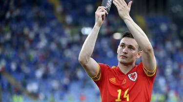 Ude i den store verden holder man med Danmark, erkender den walisiske forsvarsspiller Connor Roberts før mødet med Danmark lørdag aften.