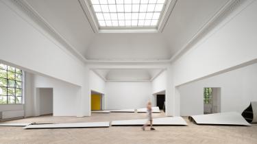 Af med tøjet! Den danske kunstner Lea Porsagers totalinstallation 'STRIPPED' på Charlottenborg handler om vindenergiens skyggesider. Hun har lagt enorme møllevinger ud på gulvet, men tilføjer så meget krop ogfetich til den ellers tørre readymade-tradition, at man tror, det er løgn