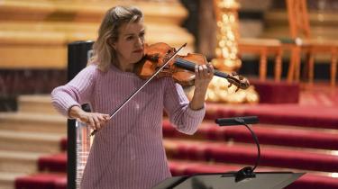 Anne-Sophie Mutter har karisma, og hendes musikerskab er uomtvisteligt højt. Men hendes måde at spille eksempelvis Beethoven på deler vandene mellem hendes tilhængere og dem, der ikke er. Her ses hun til en koncert i Berlin i 2020.