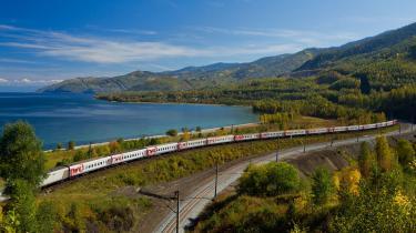 Toget snor sig gennem landskabet, fra en bil ser man meget mindre og skal desuden koncentrere sig om kørslen. I toget slapper man af.