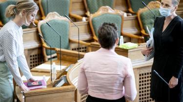 Radikal Ungdom mener, at moderpartiet med Sofie Carsten Nielsen i spidsen bør bryde med den socialdemokratiske regering, som ungdomspartiet mener, er blevet egenrådig.