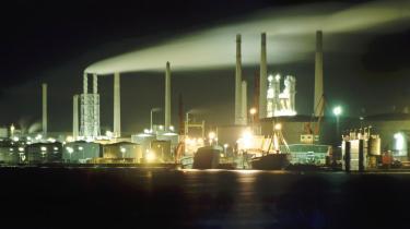 Hvis CO2 fra fossile og ikkebiologiske kilder som for eksempel fra tung industri som Aalborg Portland indfanges og deponeres, skånes atmosfæren for en belastning. Til gengæld risikerer man en teknisk-økonomisk fastlåsning.