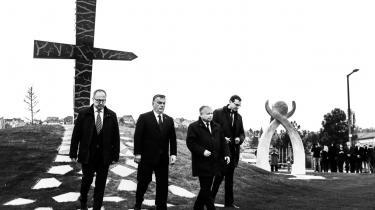 På billedet er Viktor Orbán og Jarosław Kaczyński i 2010 til mindehøjtidelighed i Warszava for Lech Kaczyński. Lech er Jaroslaws tvillingebror og tidligere polsk præsident.