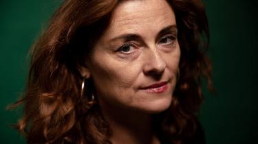 'Kong Lear' er kendt som det måske sorteste af Shakespeares stykker. Men for instruktør Katrine Wiedemann er der en stor glæde i at arbejde med en tekst, der sætter ord på alderdommens afmagt, magtens opportunisme og det mest barske i livet. »Det er der for mig noget enormt håbefuldt i,« siger hun